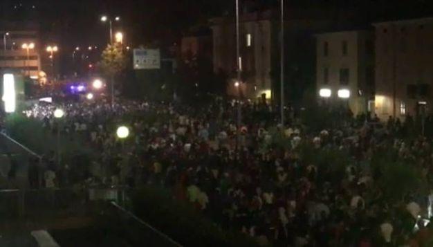 Un fiume di persone fuori da Modena Park