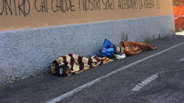 Dopo la festa c'è chi dorme per strada