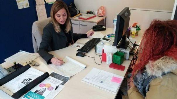 Un colloquio di una utente con una operatrice del Centro per l'impiego Pesaro