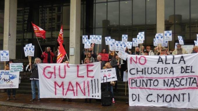La protesta delle 'Cicogne' in Regione contro la chiusura del punto nascite a Castelnovo Monti