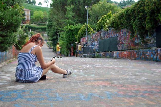 L'assalto dei fan fuori dalla casa di Vasco Rossi a Zocca (Foto Vanoni)