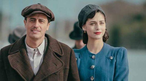 SUL SET A sinistra uno stralcio del film 'In guerra per amore' di Pif. Sotto'The young Pope', che  ha vinto 'Scatti di Cinema' come miglior serie tv