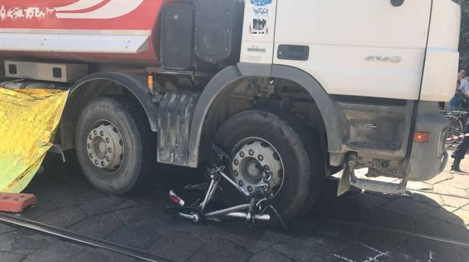 La bici schiacciata dal camion