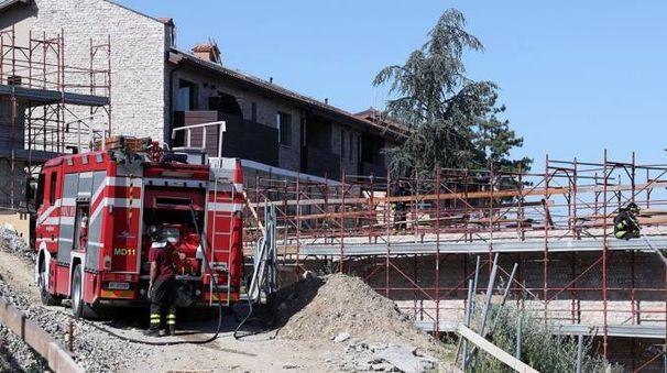 Vigili del fuoco sul tetto del Varignana Resort (Foto Isolapress)