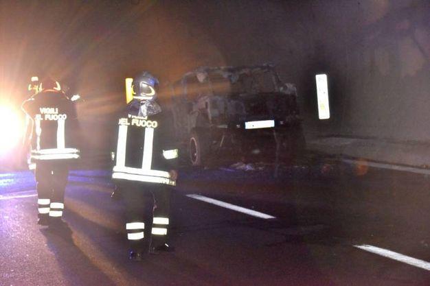 I vigili del fuoco nella galleria sull'A12 (Foto Novi)