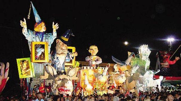 Protagonisti della serata i carri giganti
