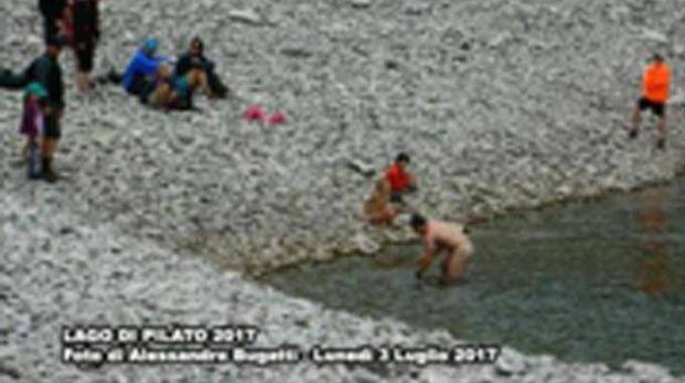 La foto sulla pagina Facebook del 'Camoscio dei Sibillini' (attribuita ad Alessandro Bugatti) di alcuni turisti nudi nel lago