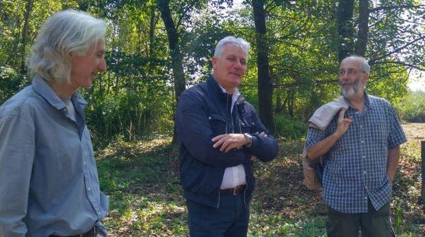 Il presidente Rinaldo Vanni (al centro) con i due dipendenti del Centro di ricerca del padule nella riserva Righetti