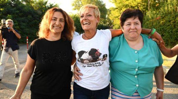 Daniela Poggiali all'uscita dal carcere di Bologna abbracciata dalle sorelle Barbara e Claudia