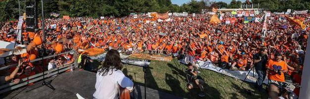 Parco Miralfiore invaso di free vax: circa 10mila, quasi tutti in maglietta arancione (Foto Print)