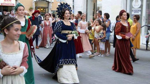 La dama del Sestiere di Porta Solestà Vanessa Leonardi con abito celeste ed oro con il copricapo a sole (Foto Labolognese)