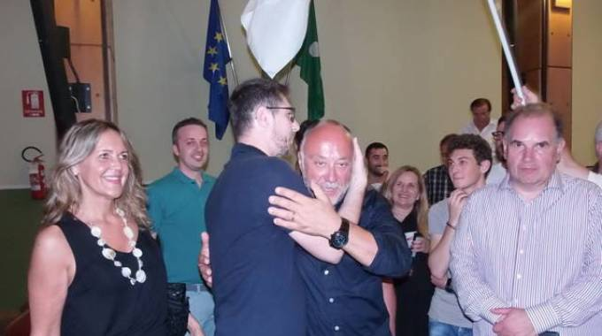 Il sindaco Edgardo Arosio mentre festeggia la sua elezione