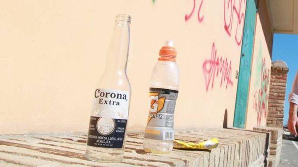 Bottiglie e sporcizia abbandonate in via Mura Giardino (foto di repertorio)