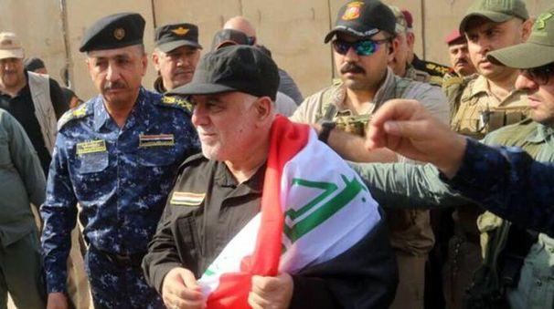 Il premier iracheno Haider al-Abadi festeggia a Mosul la liberazione