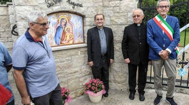 Monsignor Delpini con il sindaco e don Fausto Panfili