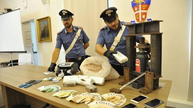 Droga e soldi sequestrati dai carabinieri