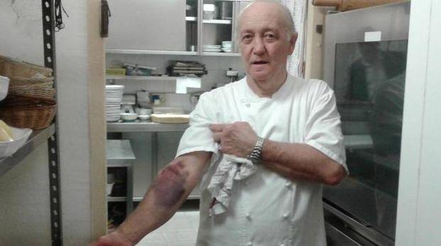 Il ristoratore Mario Cattaneo restò contuso al braccio