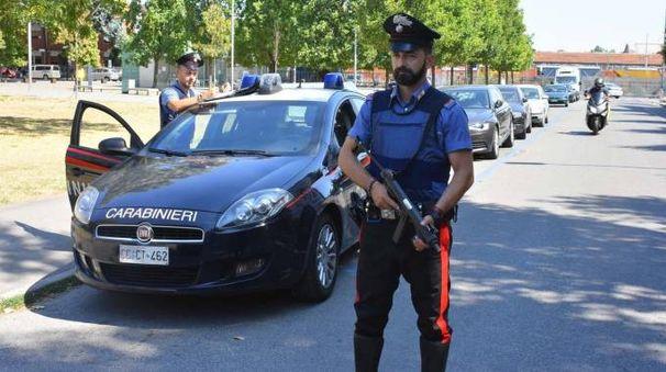 Controlli dei carabinieri in via Sani, la strada dove è stato fermato il nigeriano trovato in possesso di cocaina e marijuana