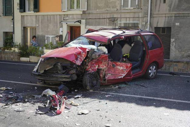 L'auto dopo l'incidente contro il camion (foto Zeppilli)