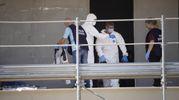 Il cadavere di un uomo in avanzato stato di decomposizione è stato ritrovato all'interno del cantiere del complesso Coop di via Respighi (foto Zeppilli)