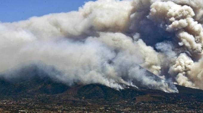 Incendio Vesuvio, le immagini dal Golfo di Napoli (Ansa)