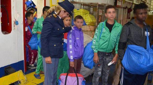 Alcuni minori non accompagnati sbarcano da una nave che li ha portati in Italia