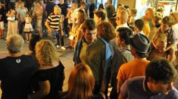 Folla alla Notte Bianca; a destra Simona Barsotti del Ccn Città di Lucca
