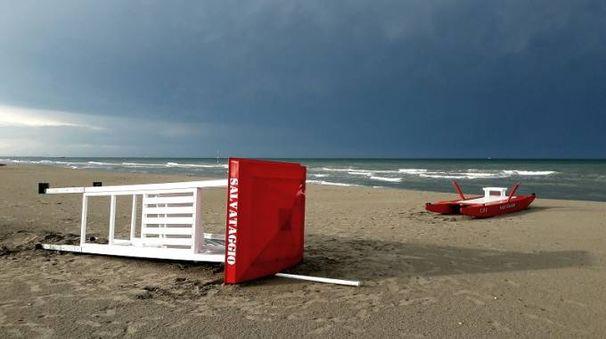 Lido di Spina, la torretta del salvataggio abbattuta dalla forza del temporale
