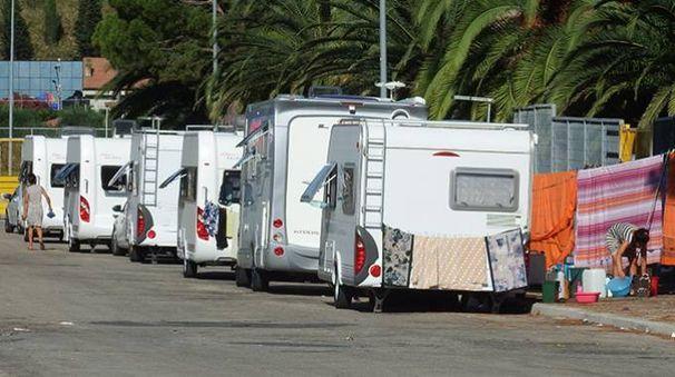 La carovana di nomadi nel parcheggio dello stadio