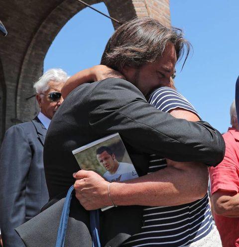 La mamma Paola stringe la foto del figlio (IsolaPress)