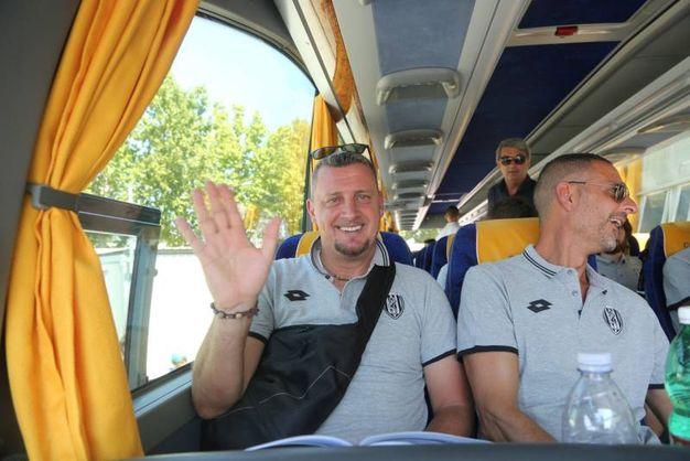 Il saluto di mister Camplone alla partenza per Acquapartita (foto Ravaglia)