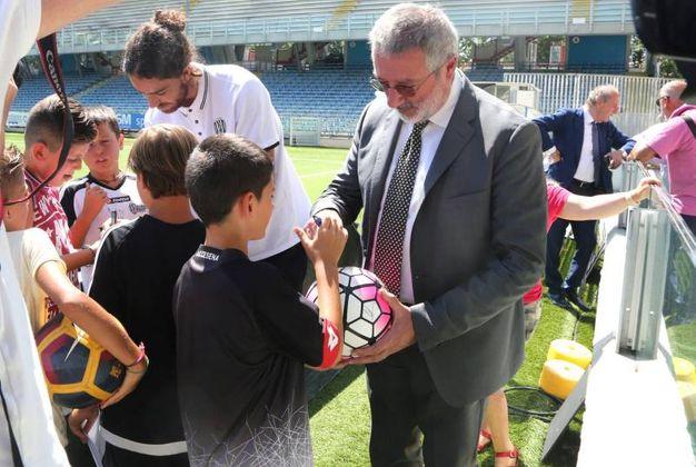 Il presidente Lugaresi firma un autografo a un piccolo tifoso (foto Ravaglia)