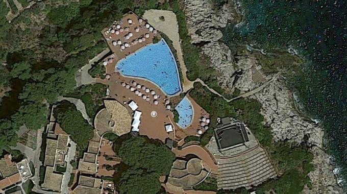Incendio vicino al resort Calampiso, la veduta dall'alto (Google Maps)