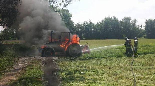 Il trattore in fiamme