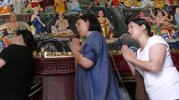 Un momento di preghiera per i poveri di Prato durante la festa  del  Budda al tempio di piazza della Gualchierina  foto Attalmi