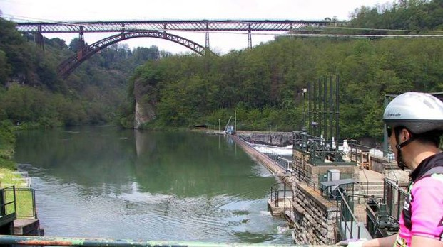 Un ciclista ammira il ponte sull'Adda (Cardini)