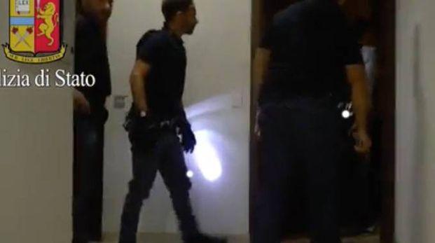Un momento del maxi blitz della polizia nel «fortino» della criminalità a Cinisello Balsamo