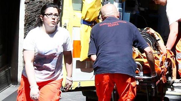 Sul posto l'ambulanza della Croce Rossa e l'automedica. I sanitari hanno provato a rianimare l'uomo, poi la corsa in ospedale