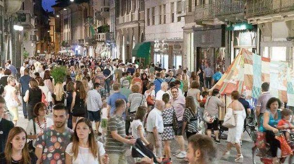 Folla in via Solferino