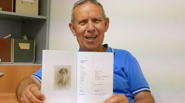 Salvatore Spinelli mostra la foto del babbo