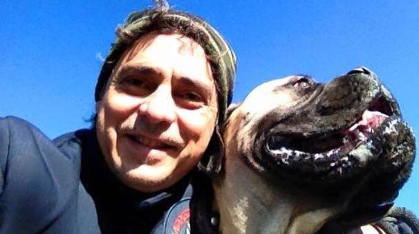 Lo sposo con uno dei cani