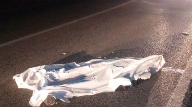 Il corpo di Peter Lima sotto il lenzuolo bianco (foto Santini)