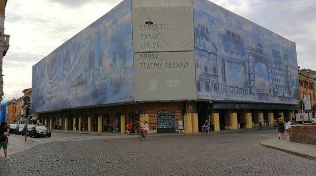 Il gigantesco telone lungo 90 metri con cui è stato rivestito il cantiere del Teatro Comunale