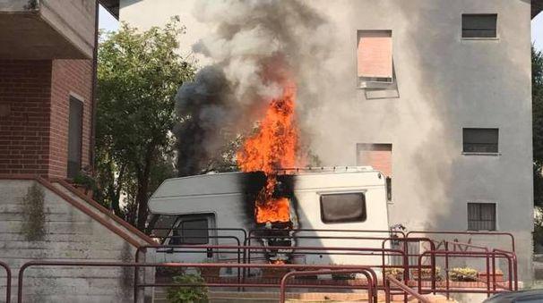 Il camper avvolto dalle fiamme
