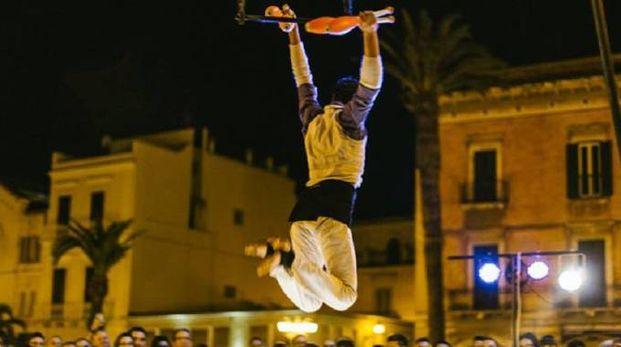"""Una esibizione dell'artista di strada Riccardo Strano, fra i protagonisti di """"Festivalle"""""""