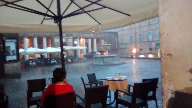 Tanta pioggia è caduta sulla città ducale, qui Piazza della Repubblica