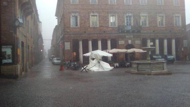 Ombrellone divelto dal vento e dalla pioggia in Piazza a Urbino
