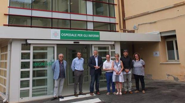 Il nuovo ingresso all'ospedale di Faenza con dirigenti e tecnici dell'Ausl e istituzioni