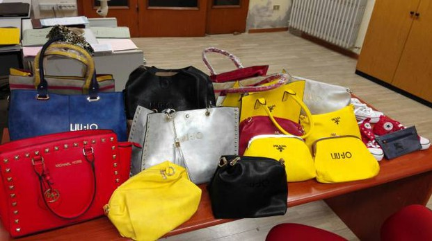 Borse e portafogli falsi sequestrati (Foto Zeppilli)