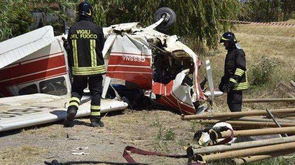 L'aereo da turismo caduto all'aviosuperficie di Cecina (foto Novi)